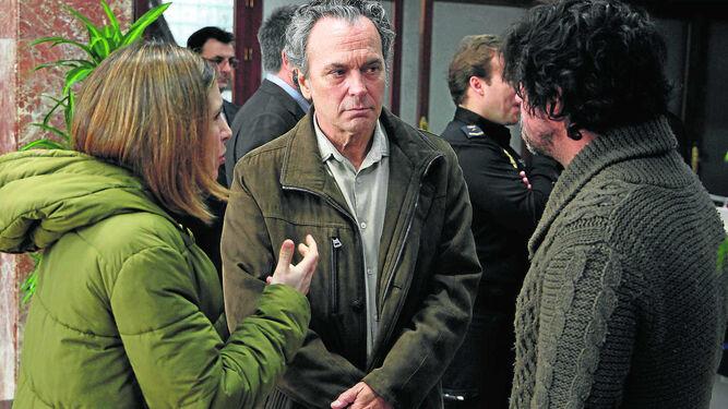 Los actores Sauce Ena y José Coronado atienden las instrucciones del director Miguel Ángel Vivas en un momento del rodaje.