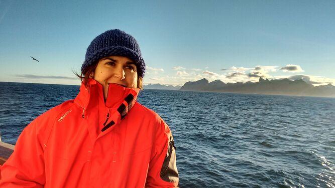 La oceanógrafa Patricia Zunino con Groenlandia al fondo.