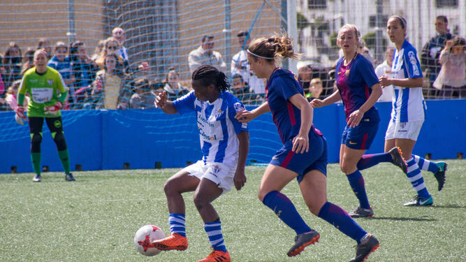 Tres lances del encuentro jugado ayer en el que el Fundación Cajasol Sporting plantó cara al Barcelona.