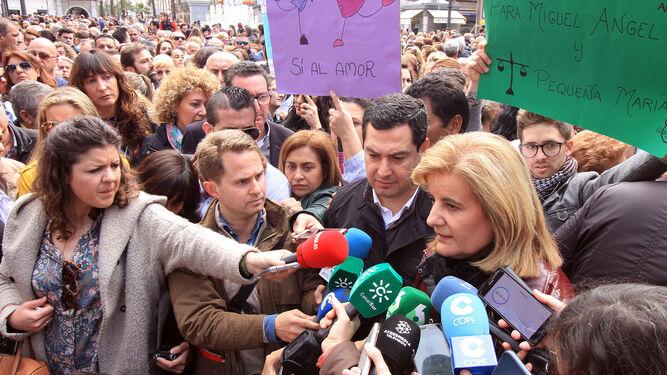 La ministra onubense Fátima Báñez atiende a los medios en la Plaza de las Monjas durante la concentración ciudadana en defensa de la prisión permanente revisable.