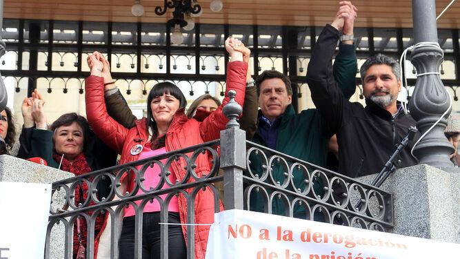 Ruth Ortiz, Marianela Olmedo, Juan Carlos Quer y Juan José Cortés, cogidos de la mano en primera fila.
