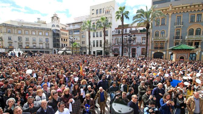 Miles de manifestantes ayer en la Plaza de las Monjas de Huelva, ante el templete desde el que hablaron los familiares de las víctimas.