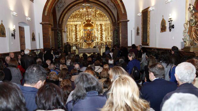 El templo estaba abarrotado de personas horas antes de comenzar los oficios.