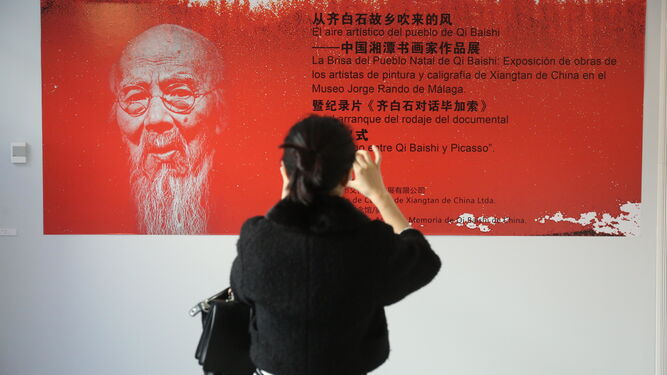 Un panel sobre la muestra dedicada al pintor chino.