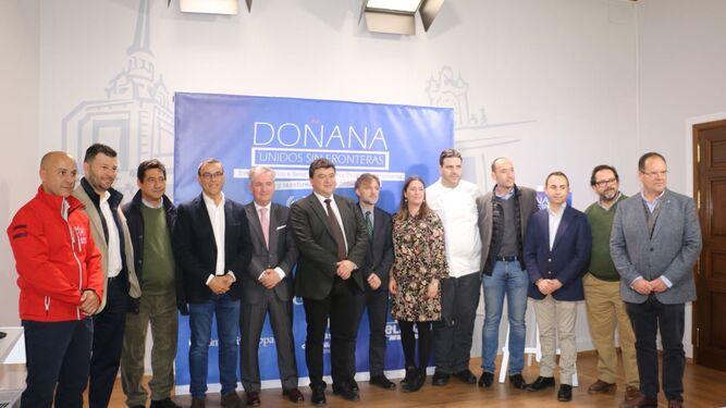 Organizadores, administraciones y colaboradores de la iniciativa solidaria, ayer, durante su presentación en el Ayuntamiento de Huelva.