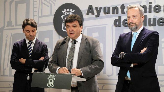 El alcalde, acompañado por Jesús Manuel Bueno y Manuel Gómez.