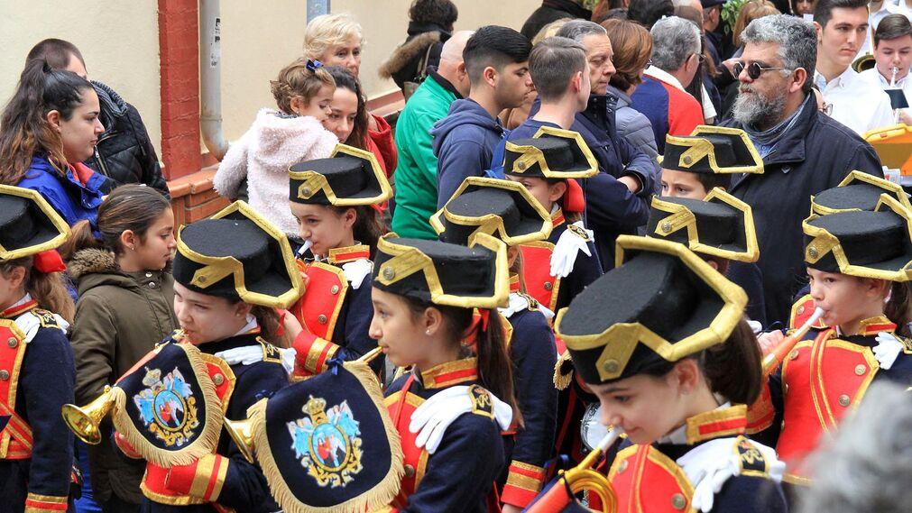 Imágenes de la procesión de los alumnos del colegio María Inmaculada.