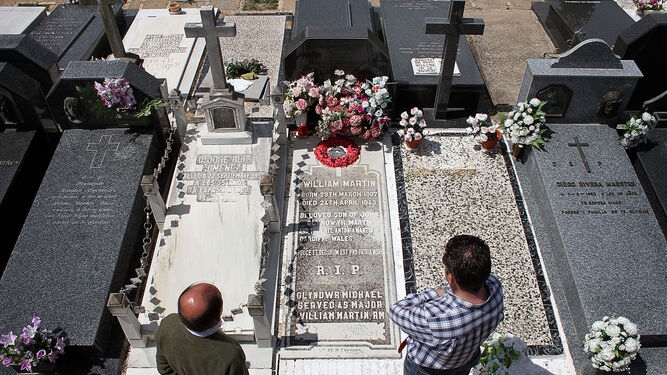 Los investigadores Jesús Copeiro y Enrique Nielsen, ante la tumba de William Martin en el cementerio de La Soledad. Abajo, escena de la película de 1956.