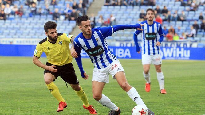 Lazo se marcha de un rival en el Recreativo-Écija jugado recientemente en el Nuevo Colombino.