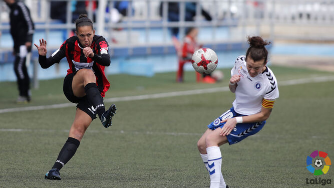 Dos lances del encuentro que disputó ayer el Fundación Cajasol Sporting en el campo Pedro Sancho de Zaragoza.