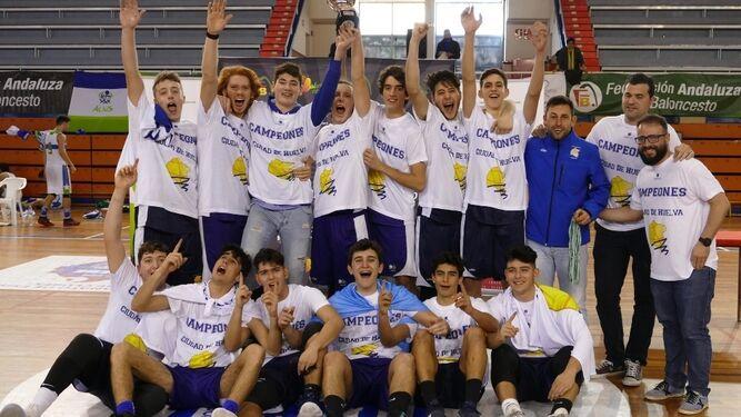 El Hospital Costa de la Luz Ciudad de Huelva y el Conquero celebran el título, ayer en el Andrés Estrada.