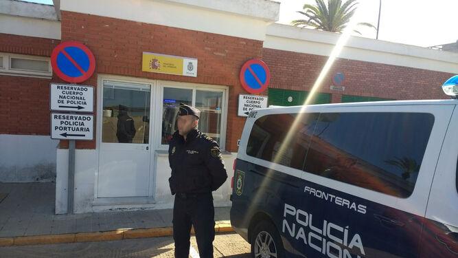 Uno de los agentes de la Brigada de Extranjería de Huelva, a las puertas de las actuales instalaciones policiales portuarias.