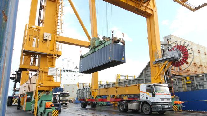 Descarga de un contenedor en el Puerto de Huelva.