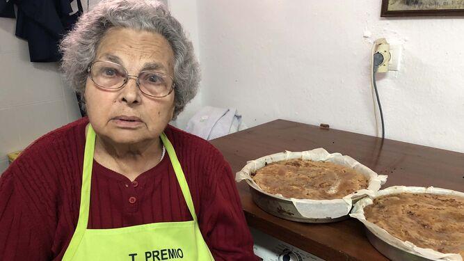 Antonia González, sobre estas líneas; su hijo, José Antonio, y el proceso de elaboración de la coca.