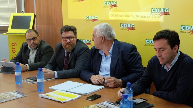 El consejero de Agricultura, Rodrigo Sánchez Haro, visitó  COAG Andalucía y en la imagen está junto a Miguel López Sierra, secretario general de la organización.