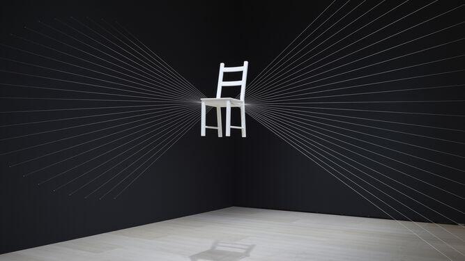 Audacia y rigor. Ya sea con un 'Mapa de las risas'  (arriba) o con obras como 'Entrada a una exposición' o 'Instalación con elementos eléctricos' (ambas a la derecha) o  con las instalaciones dedicadas a la silla, la muestra de Esther Ferrer es un ejemplo de los atrevimientos y la inteligencia de la autora.