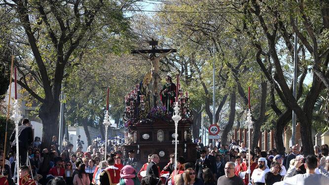 El paso de misterio de la Hermandad del Perdón por la avenida Manuel Siurot, camino de la Carrera Oficial.