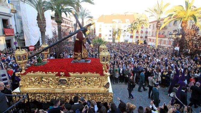 El paso de Nuestro Padre Jesús de la Pasión, en su transitar por una atestada plaza de San Pedro.