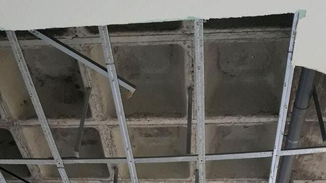 Aspecto que presenta el techo y las columnas de Urgencias.