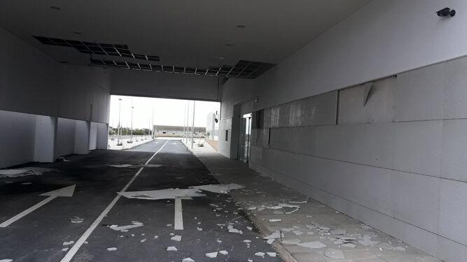Placas caídas en el techo y paredes en la entrada de Urgencias del Centro Hospitalario de Alta Resolución de la Costa Occidental.