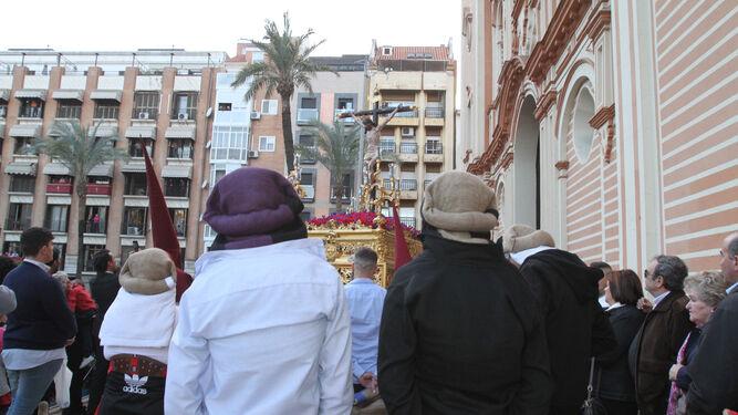 Los costaleros observan la salida del Señor del Buen Viaje.