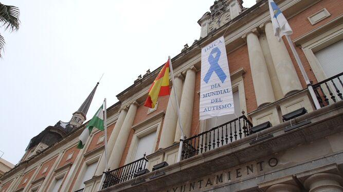 La fachada del Ayuntamiento recuerda el Día del Autismo.
