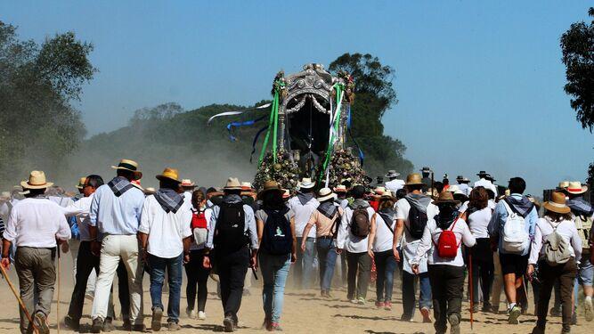 Los peregrinos acompañan al Simpecado de la Hermandad del Rocío de Huelva.