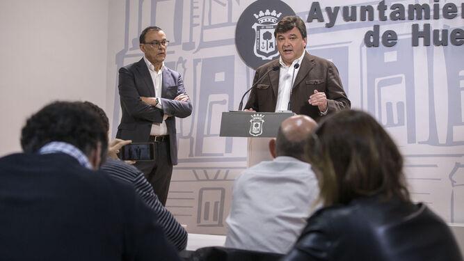 Ignacio Caraballo y Gabriel Cruz informaron ayer, en rueda de prensa, sobre la reunión mantenida con el ministro de Fomento.
