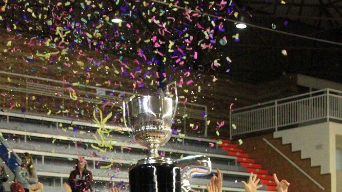 Eliezer Ojeda levanta la Copa que acredita al equipo onubense como campeón de la Liga.