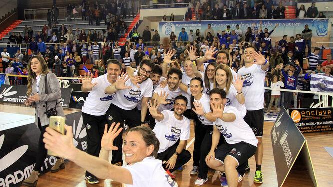 La portuguesa Telma Santos se hace un 'selfie' con sus compañeros de equipo justo después de conquistar el pentacampeonato, ayer en el polideportivo Andrés Estrada de Huelva.
