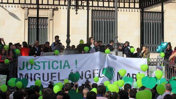 Globos y corazones verdes, símbolo de la familia de Miguel Ángel Domínguez y su hija María, en su petición de justicia, cinco años después de su brutal asesinato en Almonte.