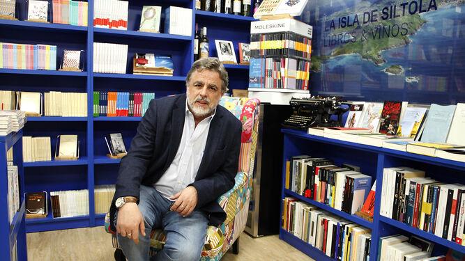 Javier Sánchez Menéndez, en la librería La Isla de Siltolá, durante un momento de la entrevista.