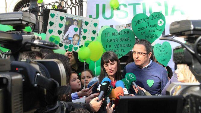 Marianela Olmedo y Aníbal Domínguez atienden a los medios. Sobre estas líneas, Ruth Ortiz conversa con Adoración Cano, de espaldas, a la izquierda.
