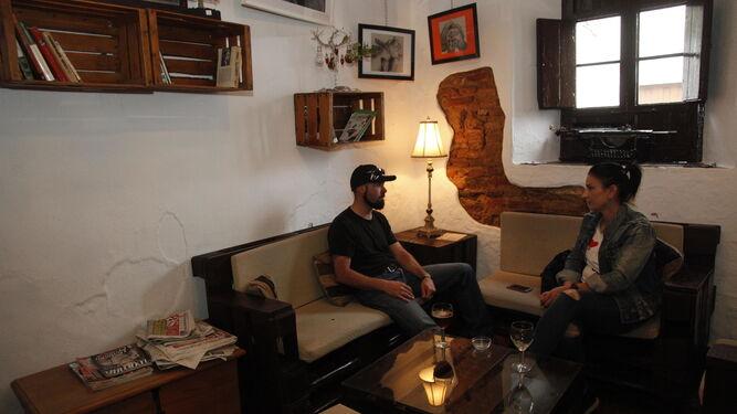 Una pareja conversa en una de las habitaciones del caserón que ocupa Santiamén, salita que acoge tertulias literatias y encuentros de artistas.