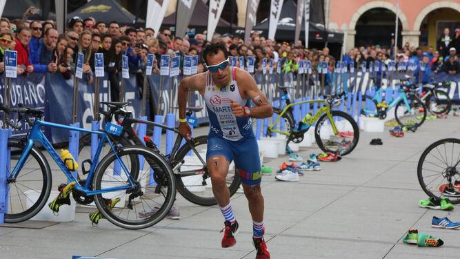 Emilio Martín deja atrás el tramo de la bicicleta y se dispone a afrontar los últimos dos kilómetros y medio de carrera a pie, ayer en Avilés.