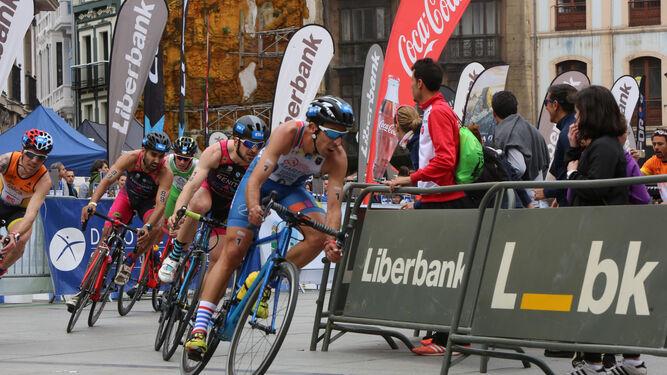 Emilio Martín durante el tramo de ciclismo como líder del pelotón, en el Campeonato de España de duatlón.