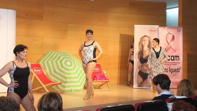 Las modelos con bañadores y vestido de playa de la nueva colección para la temporada estival de 2018.