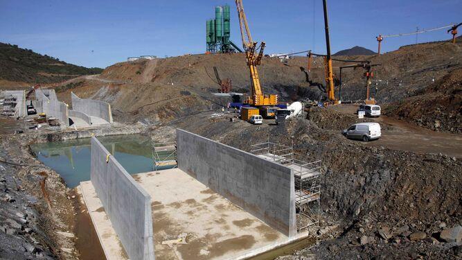 Trabajos de construcción de la presa de Alcolea.