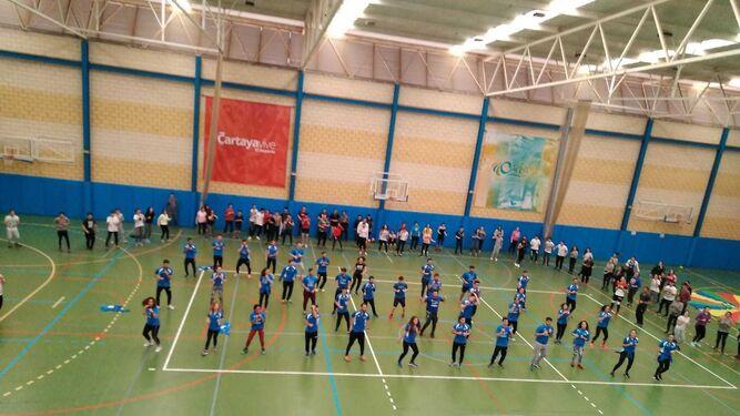 Alumnos del centro educativo realizan actividades en el Polideportivo de Cartaya.