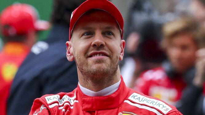 El piloto alemán de Ferrari, Sebastian Vettel, saluda a los hinchas en Shanghái.