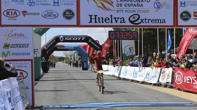 Márquez se dispone a cruzar la línea de meta, ubicada este año en Mazagón; abajo, Susana Alonso, y las autoridades poco antes de la salida en Higuera.