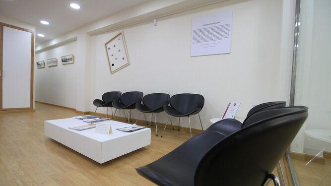 Recepción de las oficinas de la empresa, en la que se presenta al público la exposición en curso y se ofrecen algunas de las obras. Una forma de conjugar trabajo y arte.