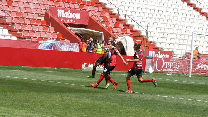 Las jugadoras onubenses celebran uno de los goles, ayer en el Carlos Belmonte. Abajo, varias jugadoras con los aficionados onubenses.