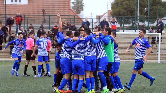 Los jugadores del Mazagón festejan el ascenso por todo lo alto tras imponerse el pasado domingo al Ciudad de Aljaraque, cerrando una brillante campaña.