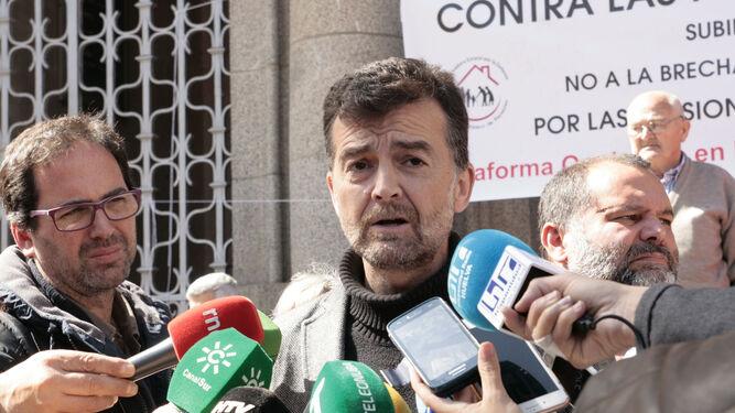 El coordinador general de IU, Antonio Maíllo, y el socialista José Fernández.