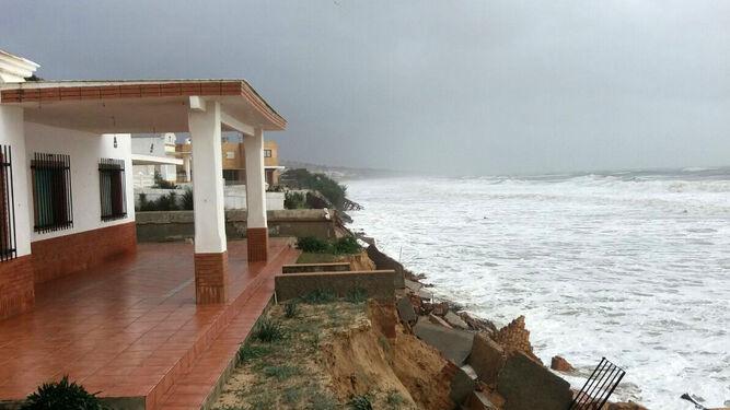 Aspecto de varias casas en primera línea de playa.