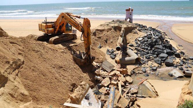 Una imagen del comienzo de las obras de reparación del colector de Mazagón.