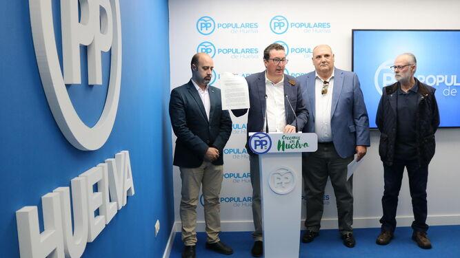 Manuel Andrés González con los representantes de los cooperativistas y el concejal de Almonte.