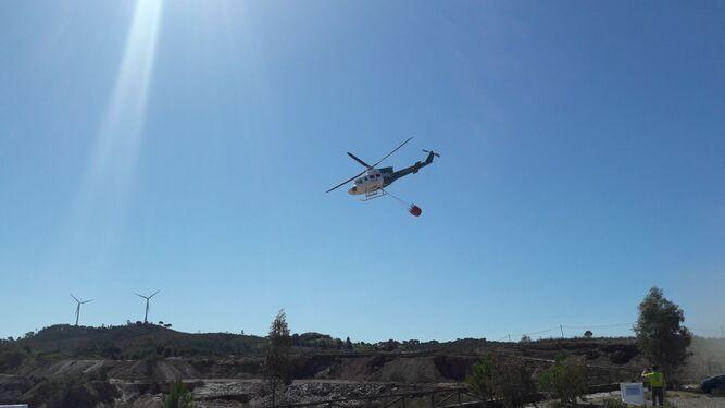 Un helicóptero sobrevuela el área donde se realizó el simulacro.