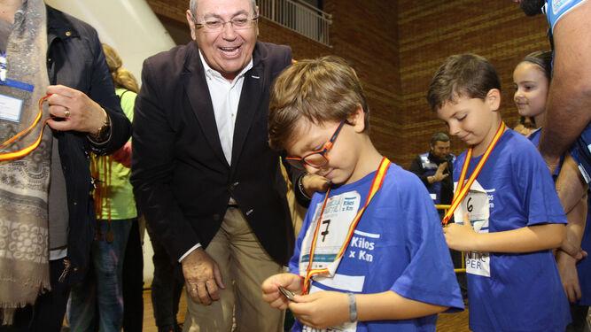 De la Vega entrega las medallas a Álvaro y Javi.